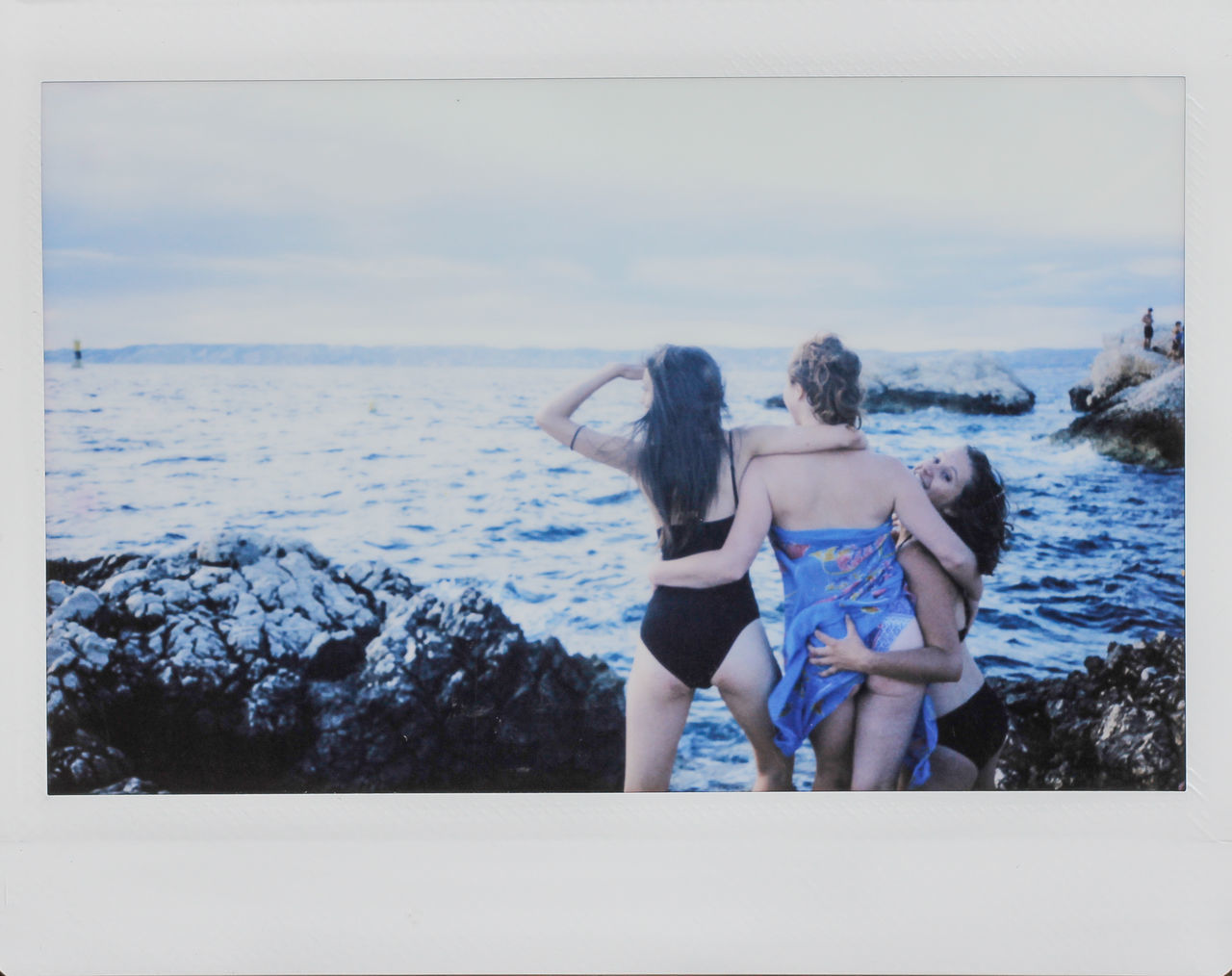 two people, real people, sea, leisure activity, rear view, togetherness, lifestyles, full length, bonding, scenics, day, horizon over water, nature, vacations, women, standing, beauty in nature, water, young women, young adult, sky, outdoors, beach, friendship, adult, people