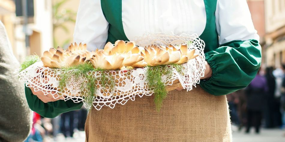 Only Women One Person Close-up Midsection Food Bread Topical Tipical Bread Ready-to-eat Sardinien Italy Sardi Food Photography Italian Food Italia Sardinian Food Sardegna Sardinia Plate Of Food Sardinia Sardegna Italy  Food And Drink Hand Made Bread Folk Folklore Sardegnagram
