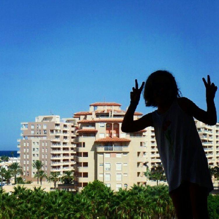 como uma osga, like a gecko - a minha filha colada à janela, em la manga del mar menor, espanha; my daughter glued to the window in la manga del mar menor spain - Férias Lamanga Lamangadelmarmenor Espanha Janela Osga  Vacation SPAIN Window Gecko
