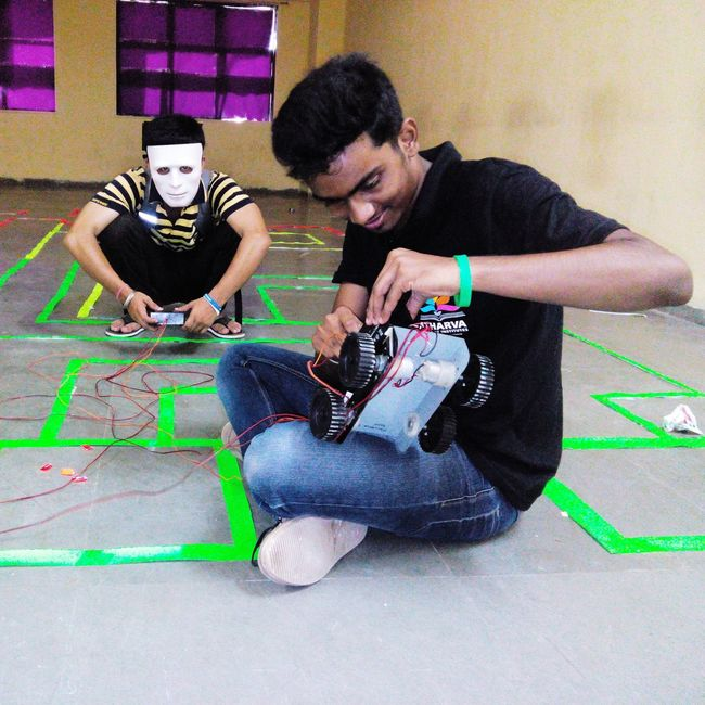 Bots Maze ... Awsum FUN...... friends working for the event
