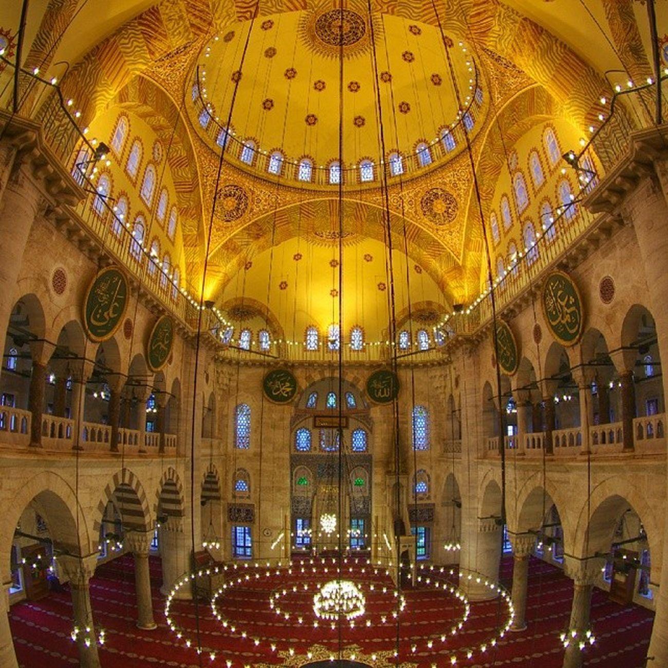 Kılıç Ali Paşa Camii (namı diğer küçük Ayasofya) Kaptan-ı Derya Kılıç Ali'nin Mimar Sinan'a yaptırdığı İstanbul'un Tophane semtinde bulunan camidir. 1580 yılında yapılmıştır. Türbe, medrese ve hamamdan oluşan bir de külliyesi vardır. Kubbenin iki yanındaki yarım kubbeler, diğer iki yanındaki kemerler ve destek duvarlarıyla cami Ayasofya'nın küçük boyutta bir kopyasıdır. Mihrap tarafındaki çiniler İznik'in parlak döneminin ürünüdür. Ayasofya'nın model alınmasının ardındaki sebep bilinmemektedir. Caminin hemen karşısında bulunan oldukça büyük Osmanlı çeşmesi ile de uyumlu olup içinde birçok levent kabristanı barındırmaktadır. Mihrap cami duvarından dışarıya taşırılmıştır. Kılıç Ali Paşa Camii: Tophane Meydanı'nda bulunan cami Kaptan-ı Derya Kılıç Ali Paşa tarafından Mimar Sinan'a yaptırılmış. 1581 yılında inşa edilen bu caminin hikâyesi de şöyle: Kılıç Ali Paşa, cami yaptırmak için Sultan III. Murad'dan yer ister. Sultan da, Kaptan-ı Derya olmasından dolayı Kılıç Ali Paşa'ya denize cami yapmasını söyler. Bunun üzerine çok üzülen Paşa, Mimar Sinan ile anlaşır ve Tophane rıhtımının kenarına taş, toprak, moloz yığarak caminin inşasına başlar. Kılıç Ali Paşa Camii deniz üzerine kurulan ilk camidir.