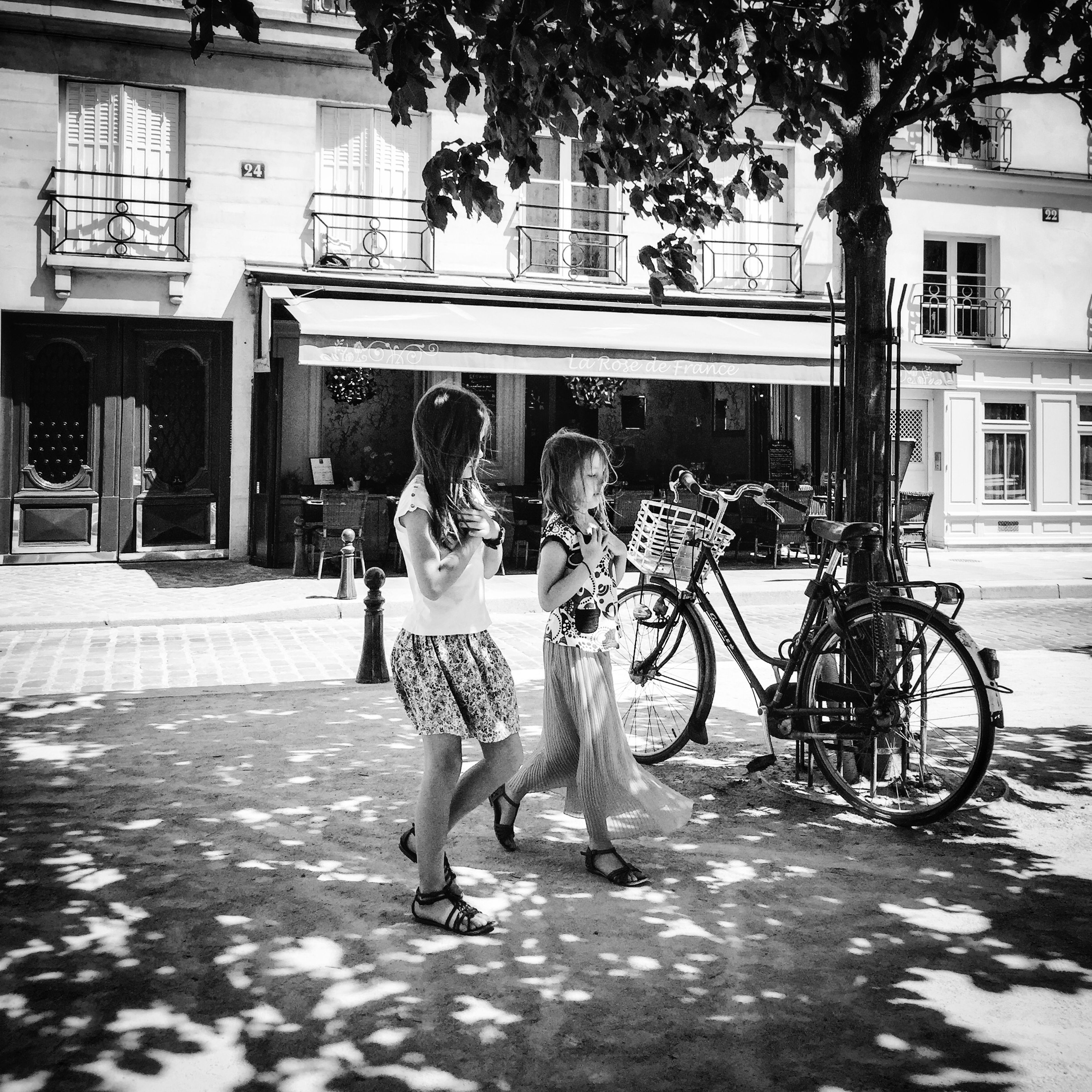 A friend reminded me that I have not posted something in black and white for a while. Bon dimanche! EyeEm Best Shots EyeEm Best Shots - People + Portrait Paris Summertime Streetphoto_bw EyeEm Bnw Bnw_life BNW PARIS EE_Daily: Black And White
