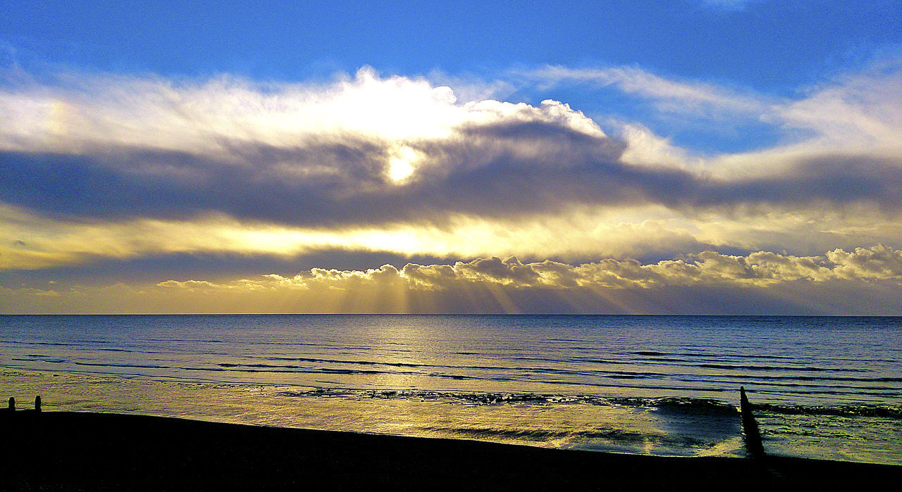 Beach Cloud - Sky Clouds And Sky Day High Contrast Horizon Over Water Idyllic Morning At The Beach. No People On The Beach Outdoors Scenics Sea Sea And Sky Sonnenaufgang Sonnenaufgang Hinter Wolken Sunrise Behind Clouds