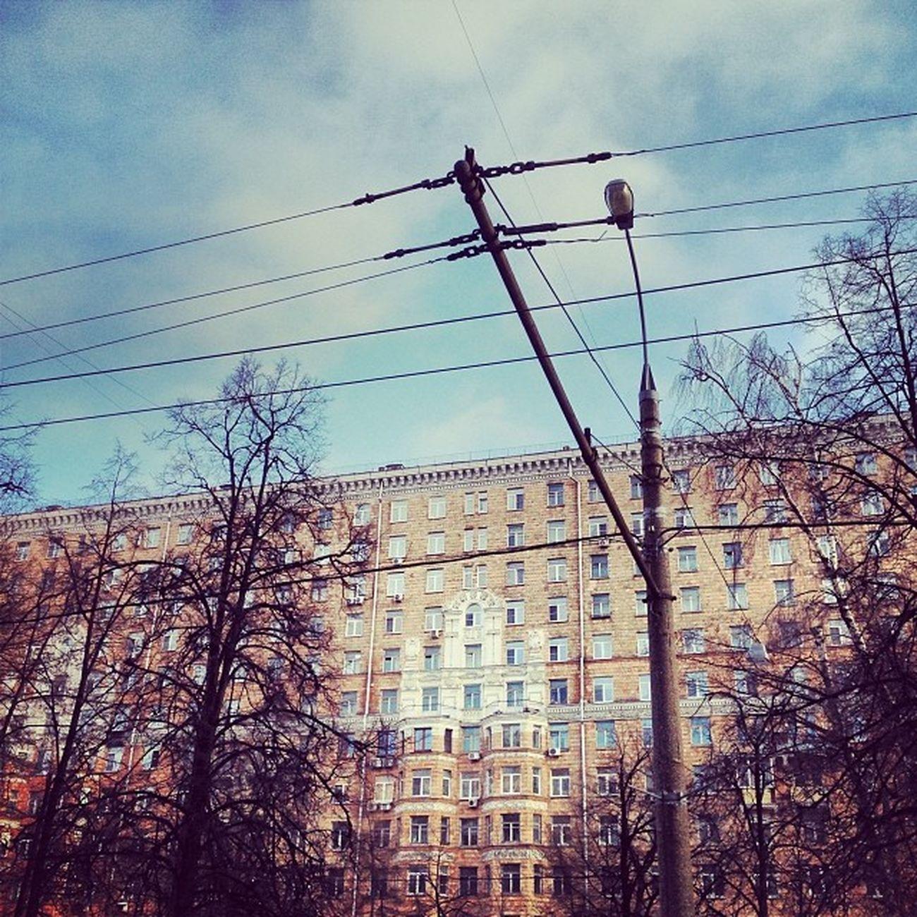 Мне почему-то понравился этот дом, эти провода и само место.Иду по улице и мне прям нравится!! Делюсь с вами обыденностью и простотой, товарищи! Москва