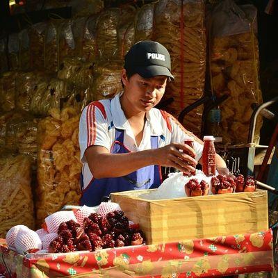 Vendeur de jus de grenade frais à Chinatown (Bangkok)... Travel
