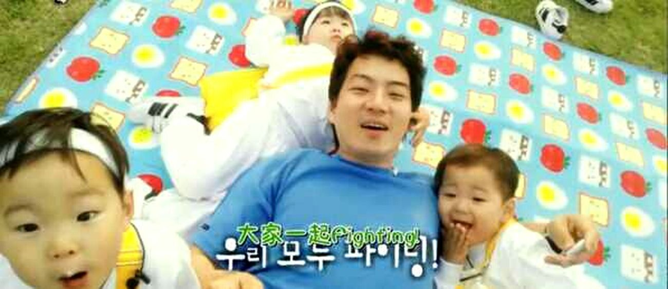 Happy sons with happy dad👨👶👦 Daehanmingukmanse Song Daehan Hello World Korean Boy