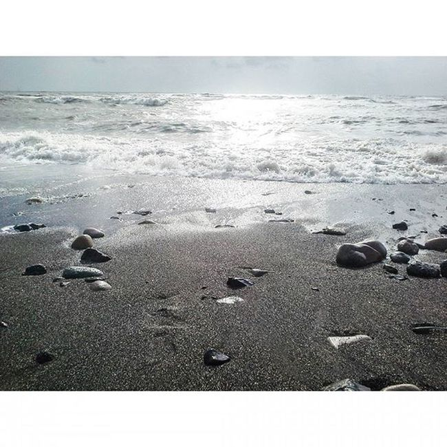 Beach - A place of relaxation, rest and tranquility. 🌊👣😊😃👌💜Sea Peace Bliss Waves Blue Aqua MalabarHill Malabarhills Things2doinmumbai Mumbai Mumbaiinstagrammers Instagram Realxing Mumbai_lifestyle