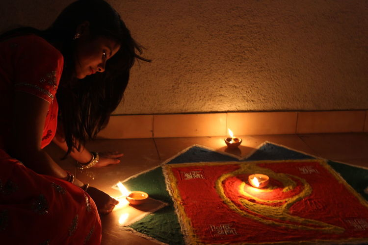 Women Who Inspire You Rangoli Indian Festival Indian Girl INDIAN TRADITION Saree Indian Ethnicity Diwali Diyas✨✨ Diya Light Yellow Flame Yellow Flames Earthen Lamp Ethnicwear Ethnic Ethnic Beauty Ethnicity Capture The Moment Cannon600d Cannoncamera