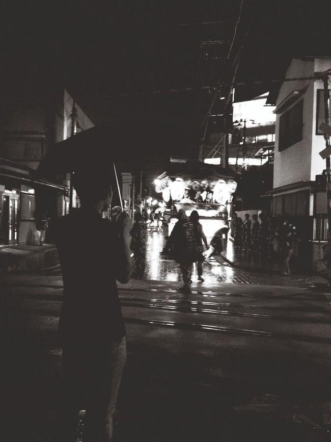 雨の中 まだ祭り なにが彼らを かりたてる