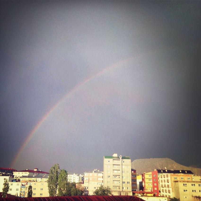 Havası toprak kokan şehre yağan yağmurdan sonra gökkuşağı. After The Rain Rainbow (: