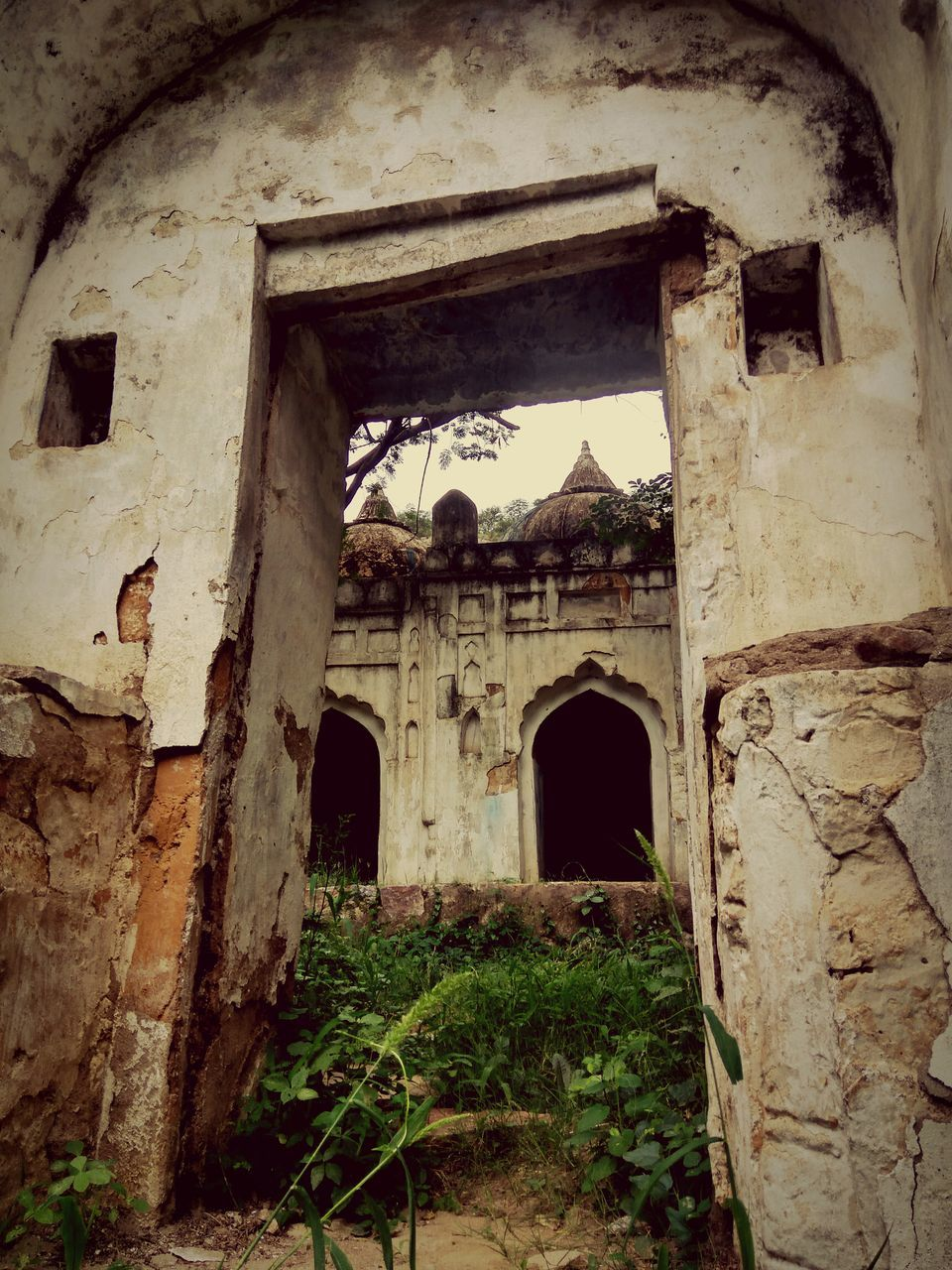 arch, architecture, built structure, entrance, doorway, building exterior, damaged, history, no people, old ruin, day, outdoors