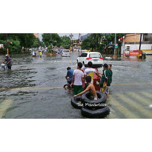 MaringPH Everyone's wet NagbaBandila Monsoonrains Manila flashfloods streetfloods flooding themanansala photography youscoop photojournalism hashtag igers igersmanila @youscoop