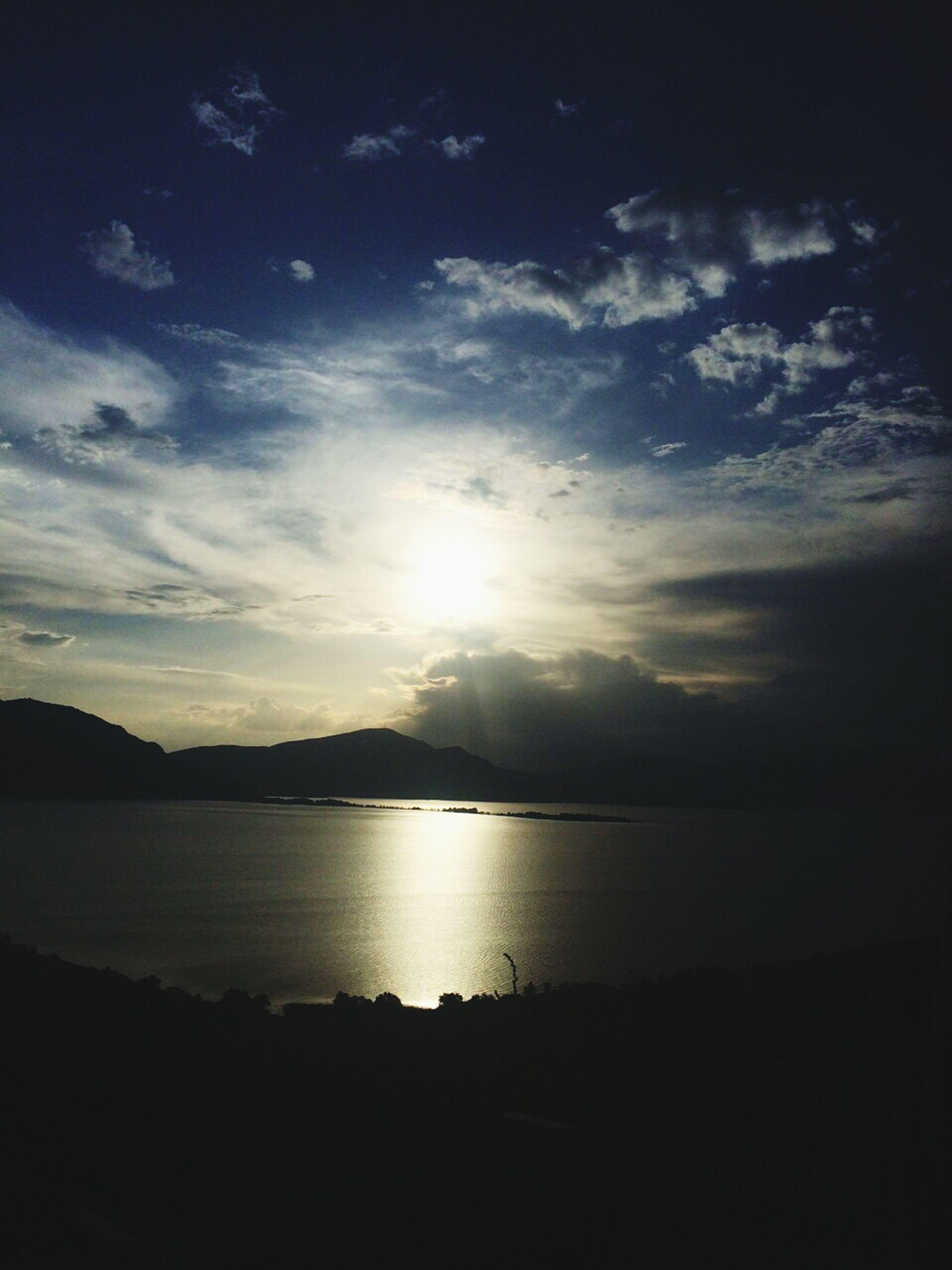 tranquil scene, scenics, water, sky, tranquility, beauty in nature, sun, silhouette, sunset, cloud - sky, sea, nature, reflection, idyllic, sunlight, sunbeam, beach, mountain, cloud, lake