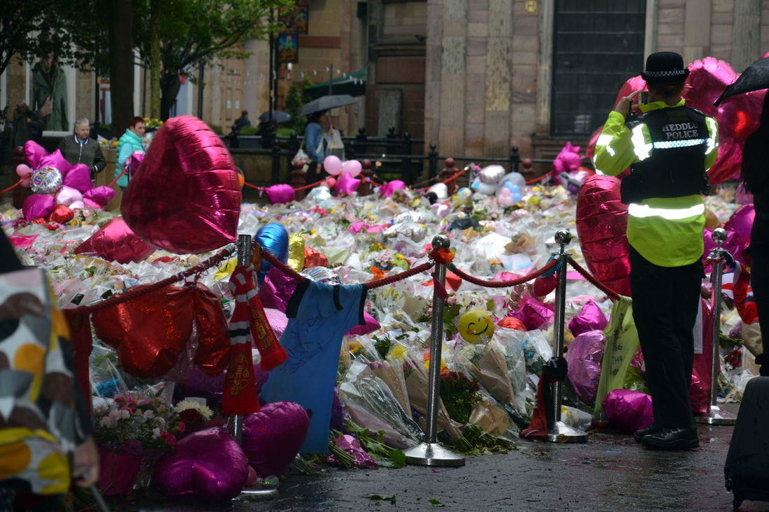 People pay tribute to Manchester Arena Bomb victims. Ariana Grande Ariana Grande ♥ Balloons Bereavement Dealing With Tragedy Death Grief Loss Love Love Messages Manchester Arena Manchester Bombing Manchester UK Memorial Rest In Peace Sadness Sadness :'( Sadness And Sorrow Sadness Follows Sadness Is A Blessing  Sadness... Sadness😢 St Anne's Square Tributes