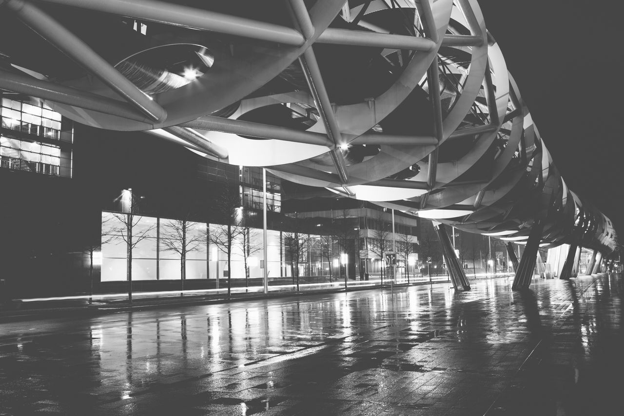 Blackandwhite Streetphotography Streetphoto_bw Street Photography Monochrome The Street Photographer - 2015 EyeEm Awards The Architect - 2015 EyeEm Awards Rain Cityscapes Public Transportation