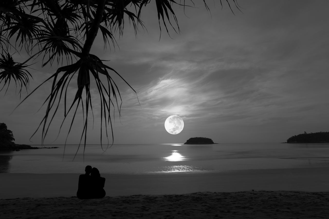 Romantic scene. Beach Couples❤❤❤ Fullmoon At The Sky Horizon Over Water Long Exposer Shot Moonlight ♥ Moonset Romantic Landscape Sand Sea