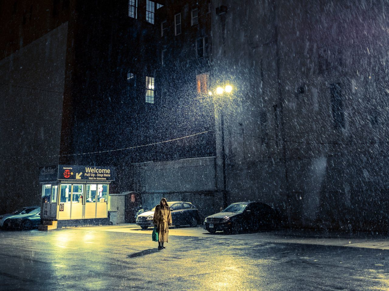 A brief romance under the snow nnightCCityssnowNNYCsstreetphotographyRRomance