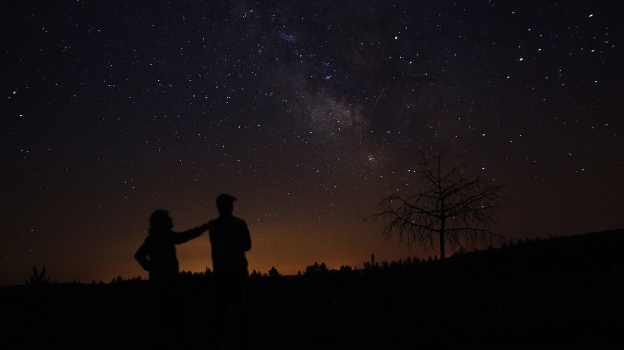 EyeEm Selects EyeEmNewHere Silhouette Two People Togetherness Night Star - Space Real People Scenics Nature Beauty In Nature Star Field Sky Tranquility Astronomy Leisure Activity Tranquil Scene Outdoors Lifestyles Bonding Starry Standing