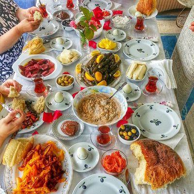 Ekmek sıcacık yeni pişmişse hadi gel kahvaltıya dedilerse nasıl gitmiyim he siz söyleyin nasıl gitmiyeyim o sicak ekmeğe tereyağ acıka nasıl sürmiyim nolacak benim bu halim 🙈 sofrasını paylaşan dostlarınız eksik olmasın bereket huzur hanenizde olsun hayırlı cumalar mutlu Günaydınlar 😄😉👌👊😜😋 Pastalinmutfagi @mutfakgram Gramkahvalti Mutfakgram @insta_foodandplaces @insta_foodandplaces @en_iyileri_kesfet En_iyileri_kesfet sunumönemlidir benimkahvaltim enguzelsunumum turkisbreakfast gramsofra dogal kutukservis agac turkisbreakfast benimkahvaltim i evekmegi sicacik acika tereyag dolma kahvaltim