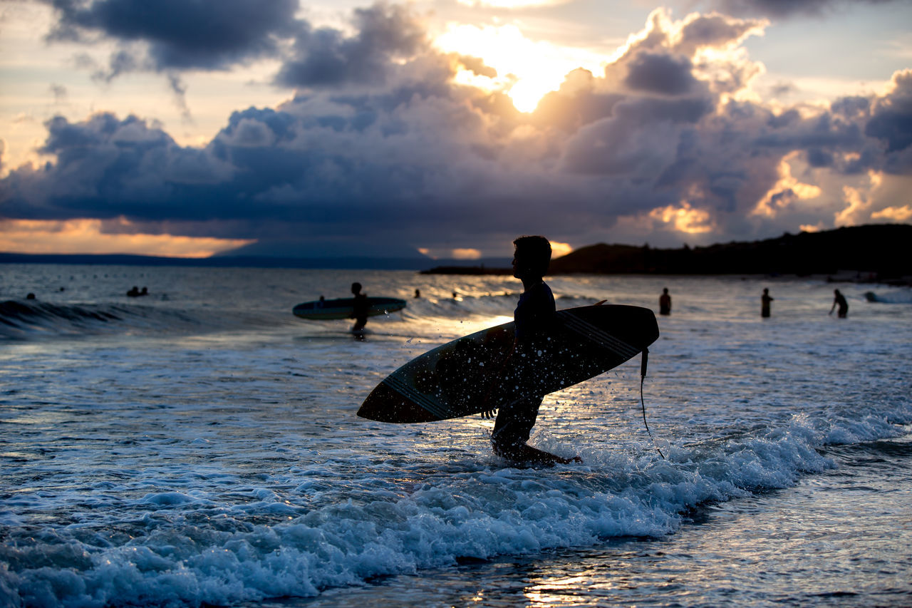 sea, sunset, cloud - sky, sky, nature, water, beauty in nature, scenics, horizon over water, outdoors, silhouette, beach, wave, real people, animal themes, day, bird