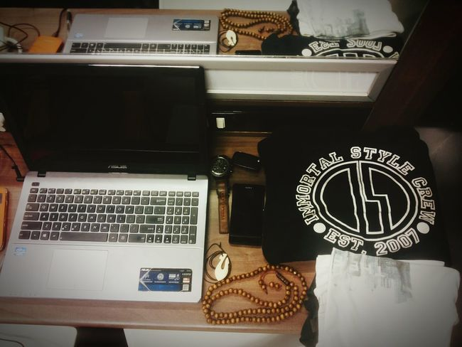 Desks From Above Laptop Crewneck Immortal Style Immortalstyle Artscape Most Wanted Mostwanted Necklace Neckless Wristwatch Watch Fossil Fossil Watch Fossilwatch Cellphone Sonyxperiaz1 Sony Carkeys Audi A3