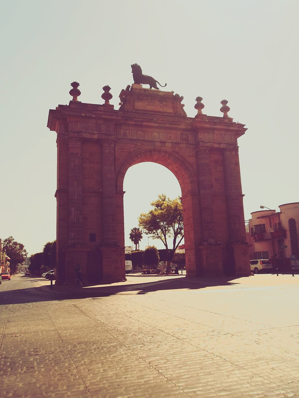 arch, built structure, architecture, history, clear sky, travel destinations, triumphal arch, outdoors, sky, day, statue, building exterior, sculpture, no people, animal themes, city