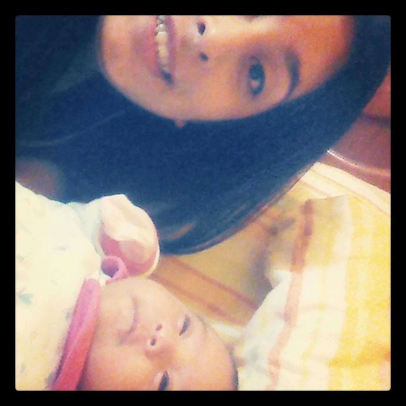 Que haces despiertaaa!! Babysitting Alondra  Loveyou ??? ?