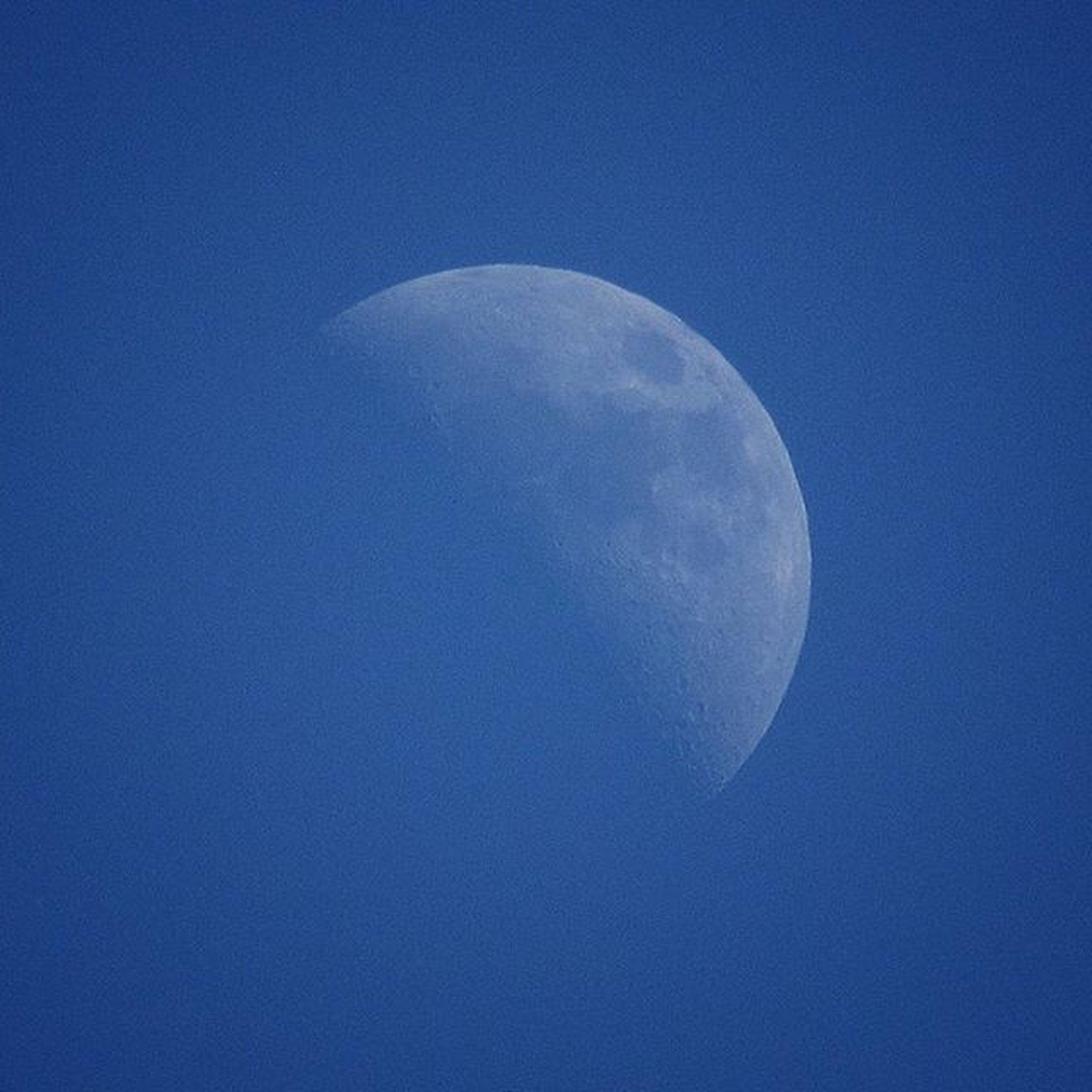 Aunque des todo por perdido, siempre hay motivos para pensar que hay cosas donde creías que sería imposible... 😀 Moon Moonatday Canon Shot Photography Sky Moonlight