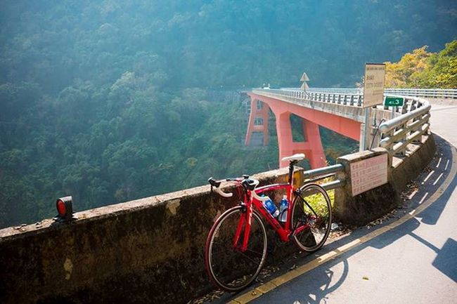 Cycling through the Northern Horizontal Cross in Taiwan. It's a cluster of mountains around 1700 meters above sea level Mountaincycling Peakrunner Fujibike Joetographer Roadbike