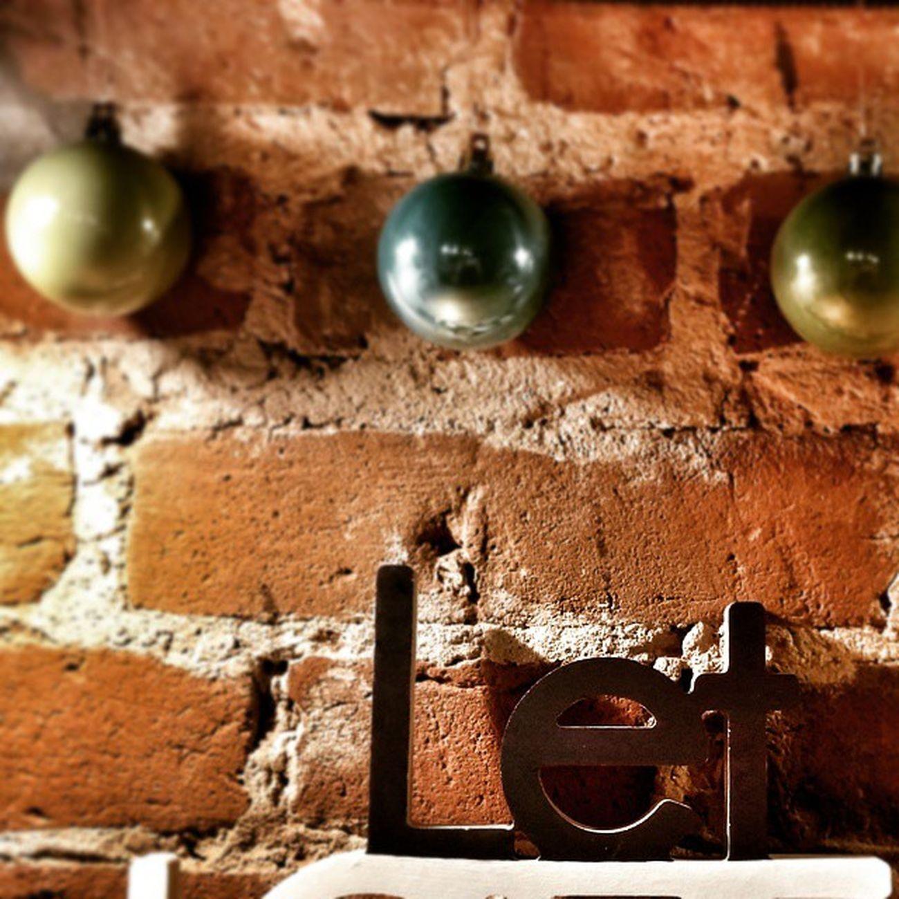 Let love rule🔴 Letloverule Harmsbookshop Harms хармс Brickwall кирпичнаястена Newyeardecoration новогодниешары