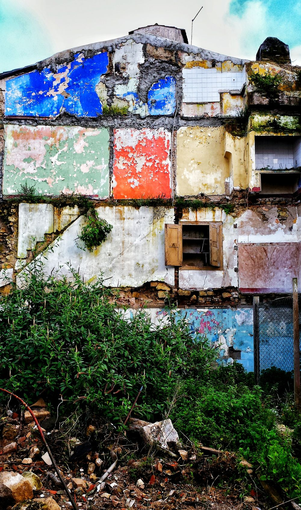 In ruins but still colorful! Ruins_photography Ruins Colors Colorful Houseruins Coimbra Coimbracity Coimbra Portugal
