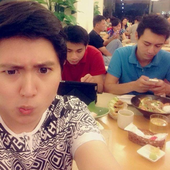 """Giật mình kiểu ăn sushi """"ngồi cùng nhau nhưng việc ai nấy làm"""" :)))"""