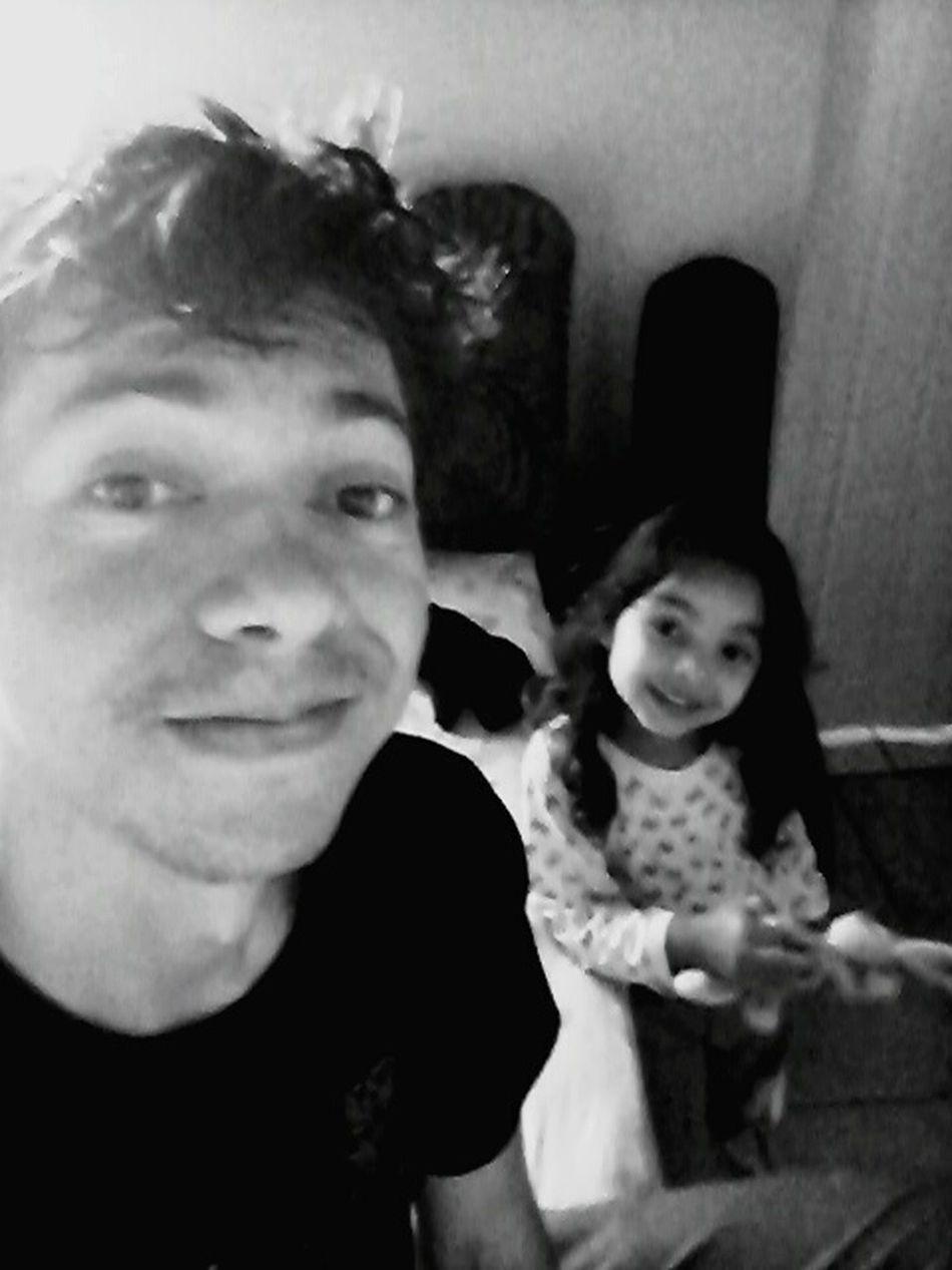 Em casa com filhinha.