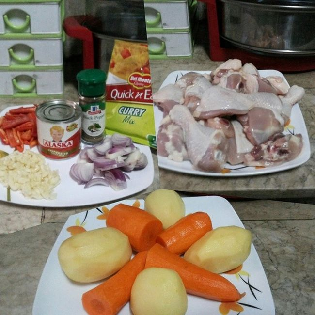 Now cooking Chicken Curry! Chicken1kg Delmontequickneasycurrymix Carrots Potatoes bellpepper onion garlic blackpepper cookingoil ALASKAevaporatedMILK