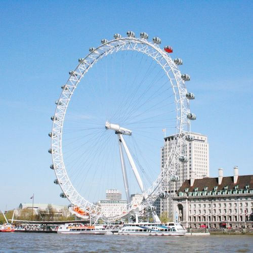 Golden Eye in London vom Wasser aus. Golden Eye London Riesenrad Ferris Wheel Arts Culture And Entertainment Amusement Park Circle Day Water Travel Destinations Blue Outdoors Clear Sky Sky No People Urban Skyline City Architecture
