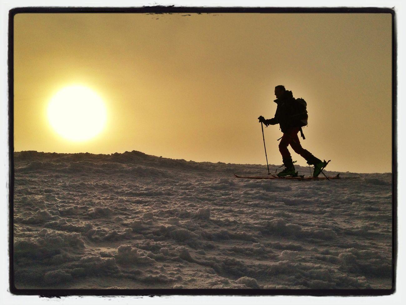 Contraluz Matutino #esquidemontaña #skimountaineering #skimo #training #mountain #ilovemountain #dynafit #spring #primavera #cotos #peñalara #gasss #amanecer #sunrise