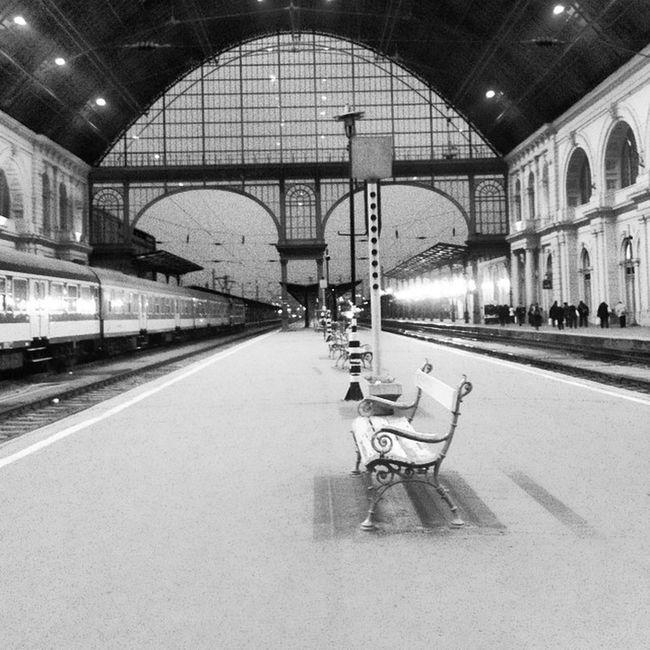 Vartam edesanyat Trainstation Waitingformom Hungary Budapest 🚊👏