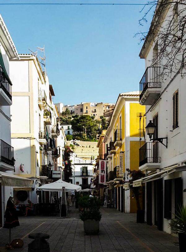 Balearen Summerday Ibiza Insel Isla De Ibiza Sunshine Ibiza Stadt Stadtmauer Ibizatown Einkaufsstraße Häuserschlucht Bunte Häuser
