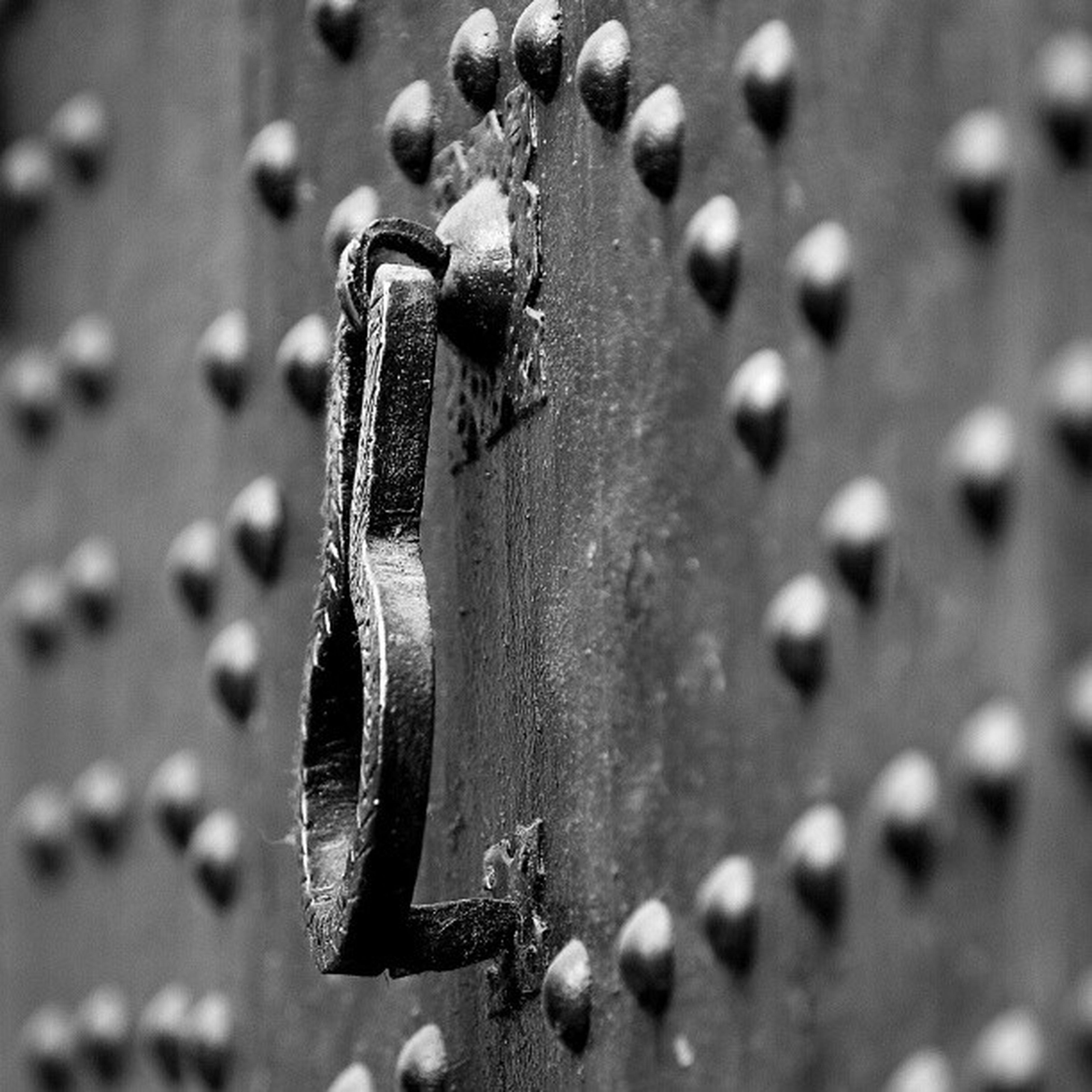 close-up, metal, focus on foreground, selective focus, metallic, rusty, chain, hanging, no people, detail, old, day, damaged, outdoors, part of, still life, abandoned, protection, drop