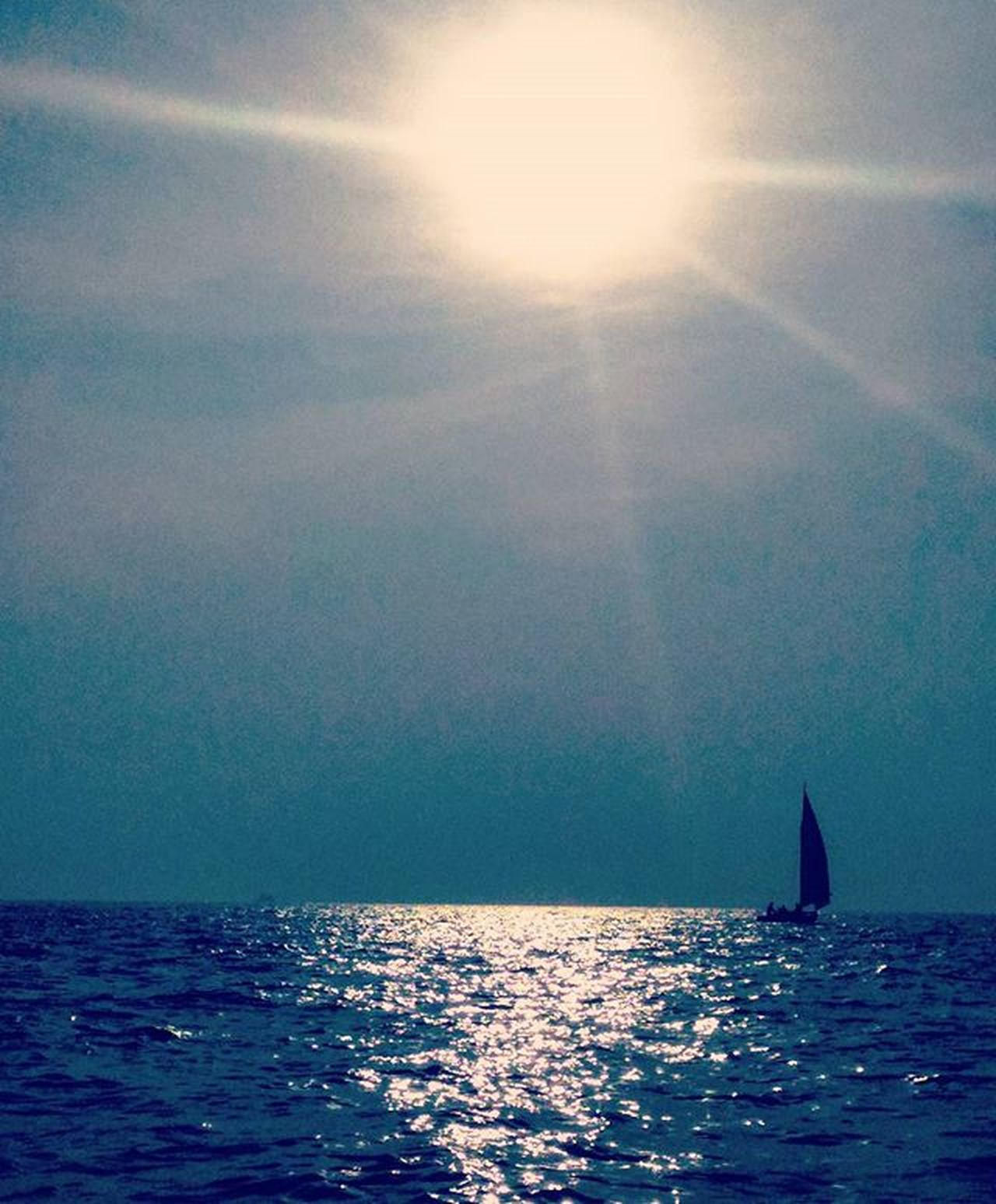 Some mornings are just magical. Boatride Motordiaries Early Morning Sailing Sailboat Ocean Boats⛵️ Sunrays Reflection
