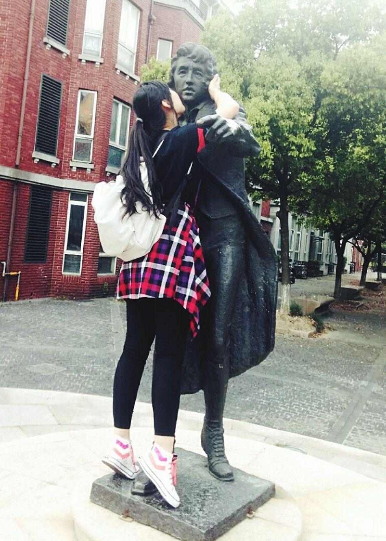 Kiss Statue It's Life Love Life Dramatic