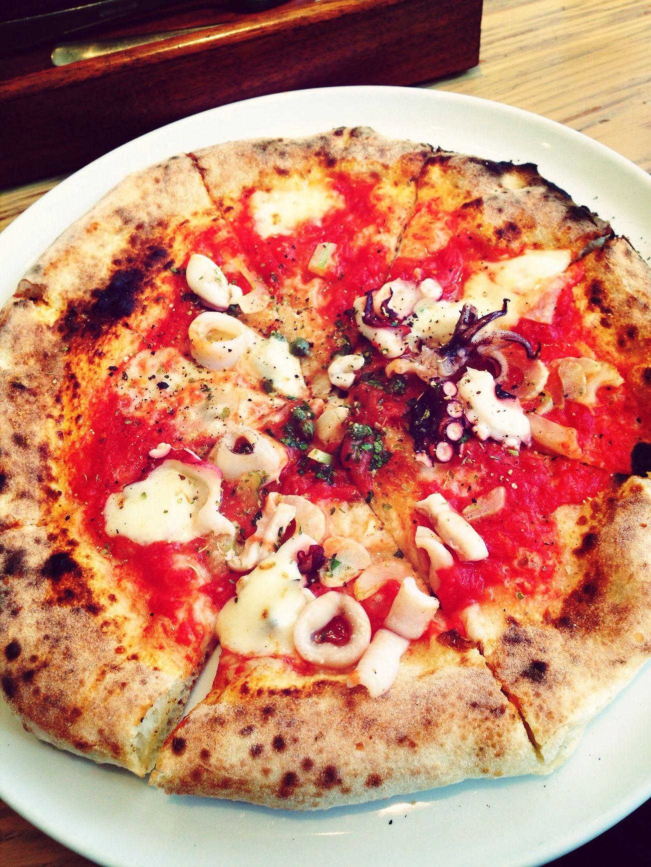 タコとイカのピザ