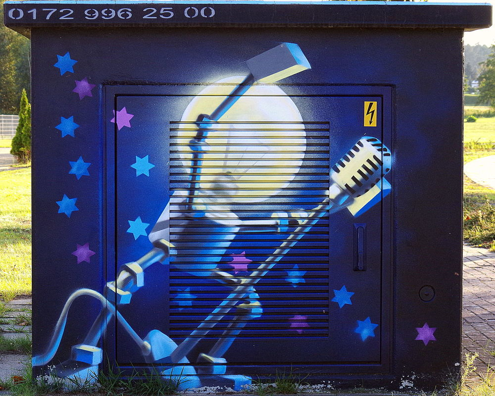 Art Blue Blue Wave Draußen EyeEm Blue Wave Glühbirne Graffiti Art Kunst Light Bulb Outdoors Stadthalle Torgelow Trafo Transformer