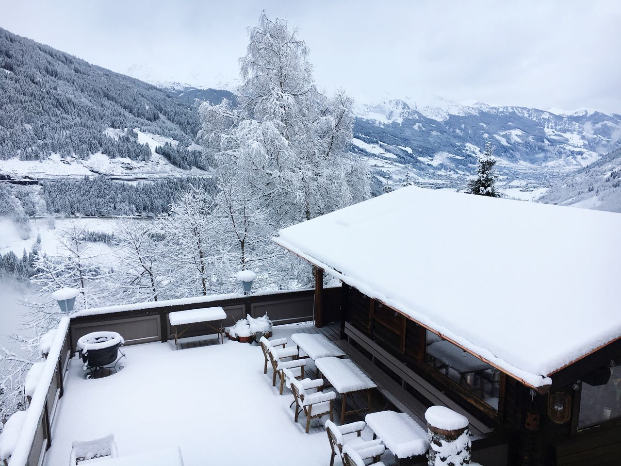 The châlet. Snow Winter Cold Temperature Mountain White Color Nature Weather Architecture Scenics Built Structure Beauty In Nature Outdoors Day No People Sky Alm Chalet Cabin In The Woods