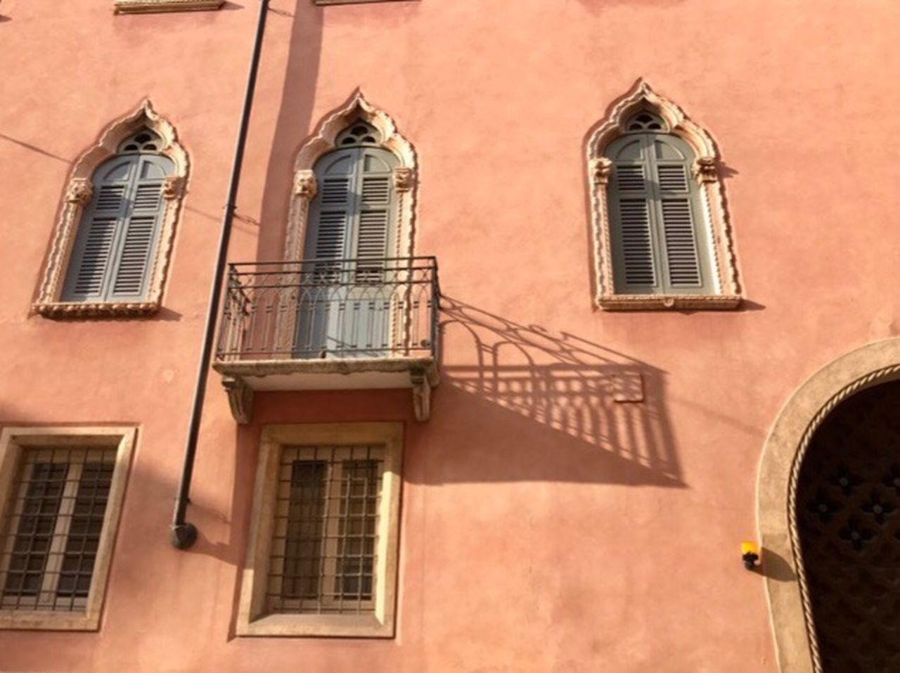 Building Exterior Architecture Built Structure Window Building Low Angle View Residential Building Outdoors Light And Shadow Façade Architecture_collection Landscape_Collection Travel Landscape Getting Inspired Exceptional Photographs Landscapes Pink Color From My Point Of View Landscape_photography EyeEm Best Shots City Balcony Day in Verona 🇮🇹