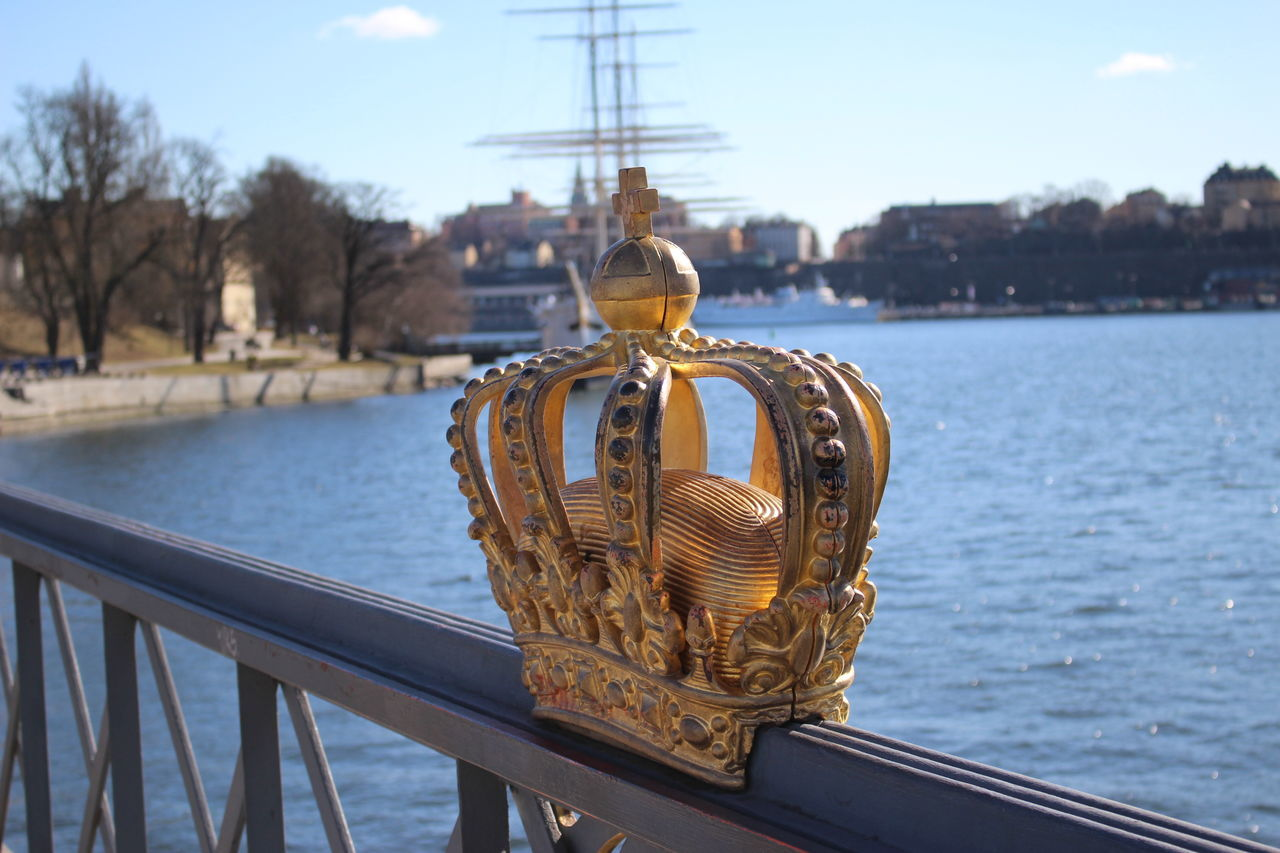 Beautiful stock photos of crowns, Artificial, Crown, Day, Focus On Foreground