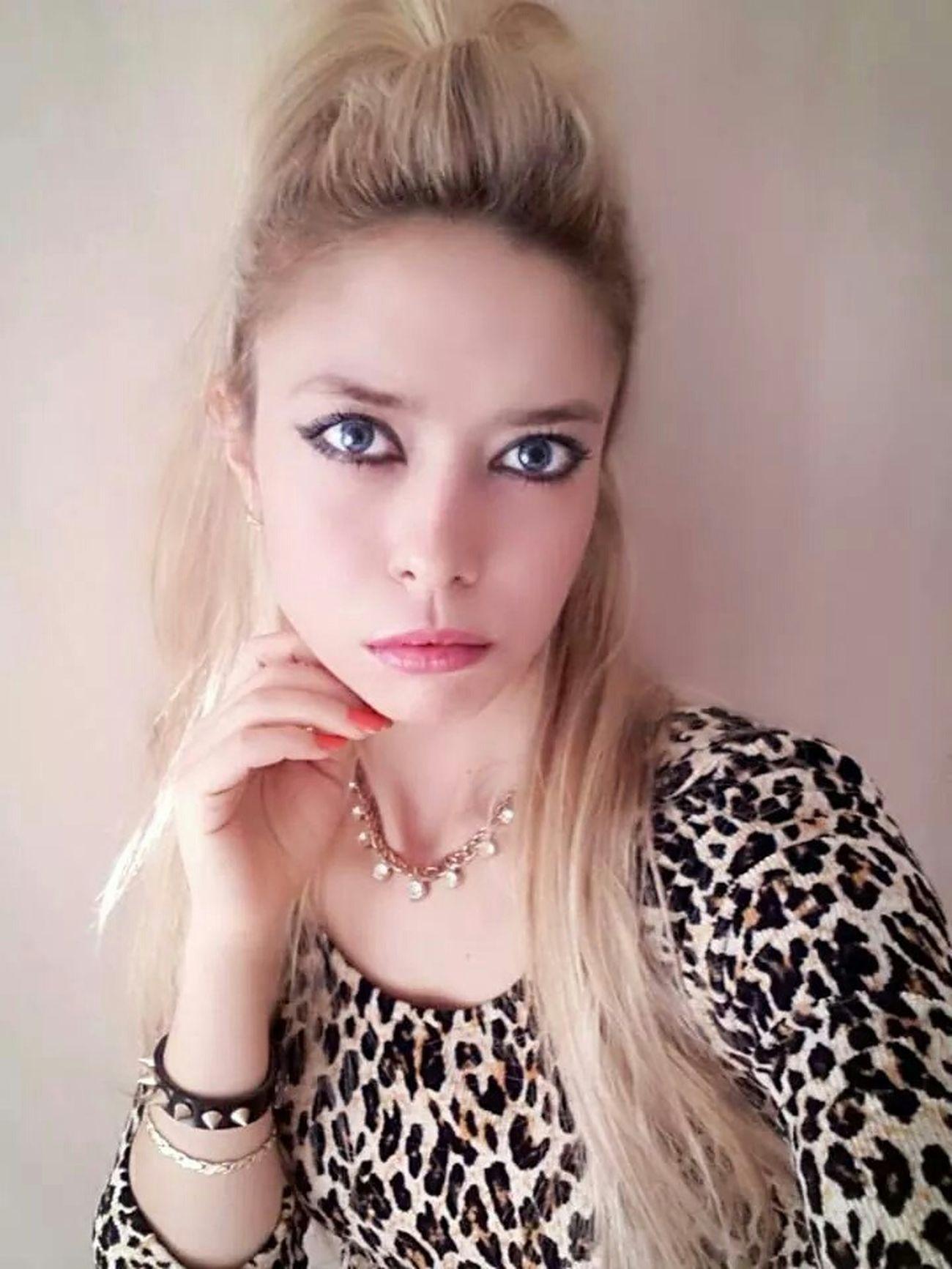 Modelgirl Poser ❤ Photograph Self Portre