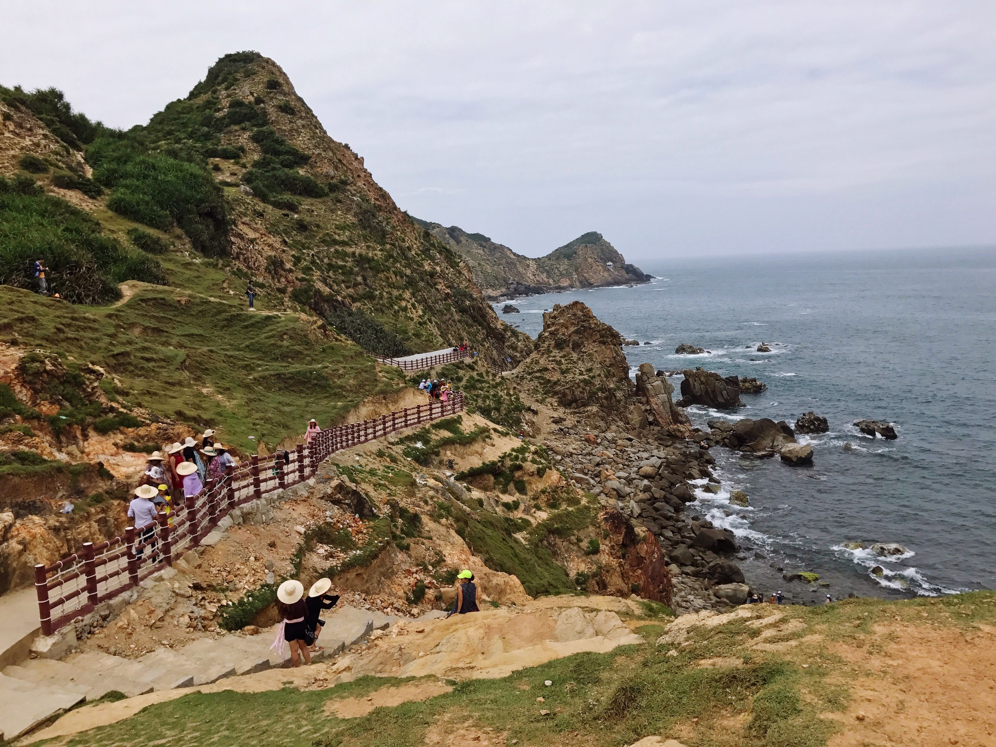 sea, nature, scenics, water, beauty in nature, mountain, sky, tranquil scene, tranquility, cliff, outdoors, real people, day, men, horizon over water, beach, large group of people, mammal, people