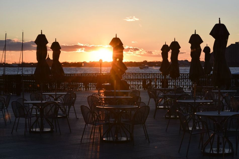 Travel Destinations Silhouette Sunset Restaurant Chair Outdoors People Table Outdoor Restaurant Table And Chairs Restaurant View Restaurant Scene Enjoyment Beauty In Nature Enjoy Enjoying Life Enjoy Life Enjoying The Moment Silhouette Silhouette_collection Brookfield Place Brookfieldplace Silhouettes Batterypark Battery Park