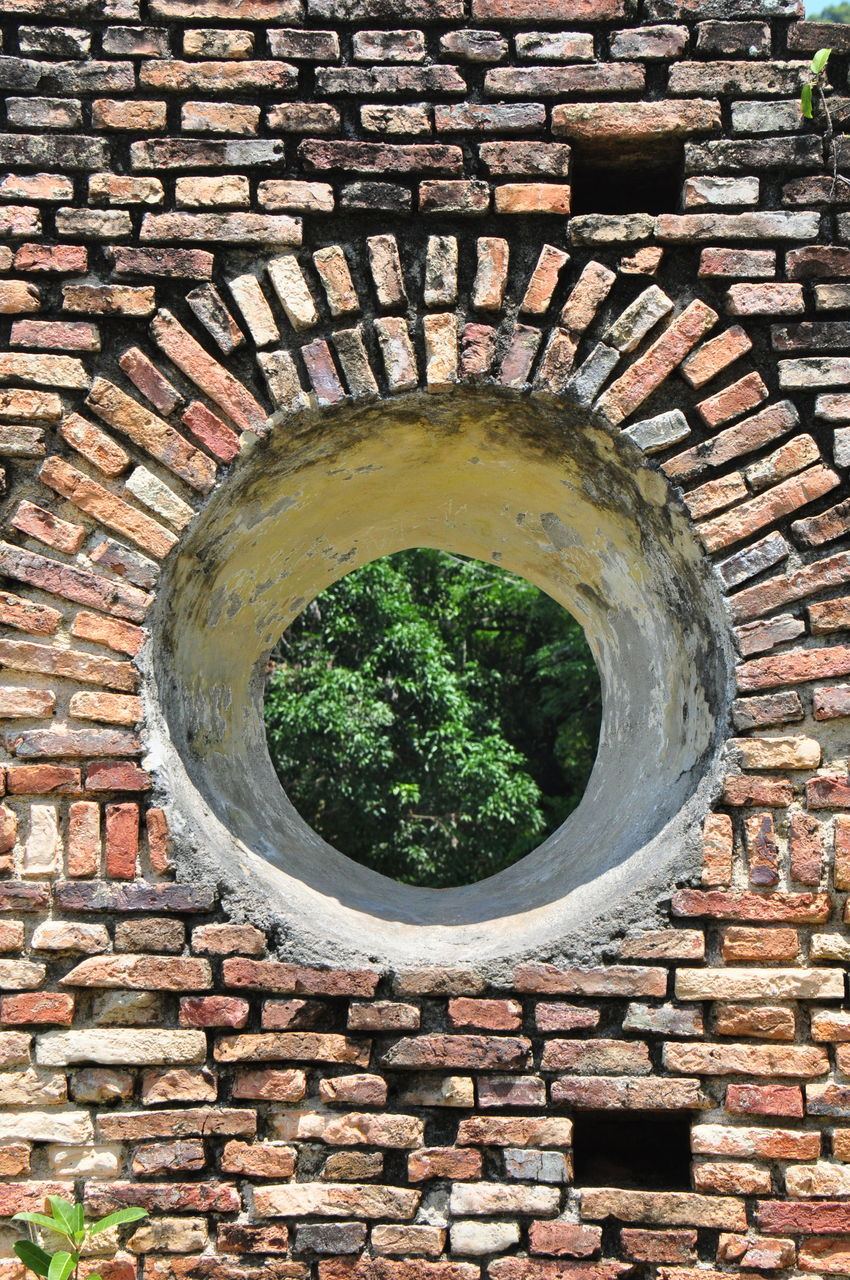 brick wall, circle, architecture, no people, built structure, day, outdoors, close-up